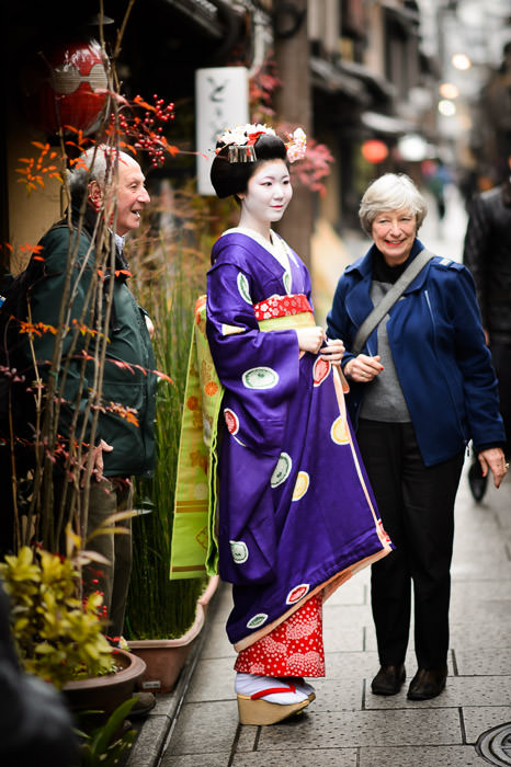 Posing With Tourists -- Gion -- Kyoto, Japan -- Copyright 2014 Jeffrey Friedl, http://regex.info/blog/