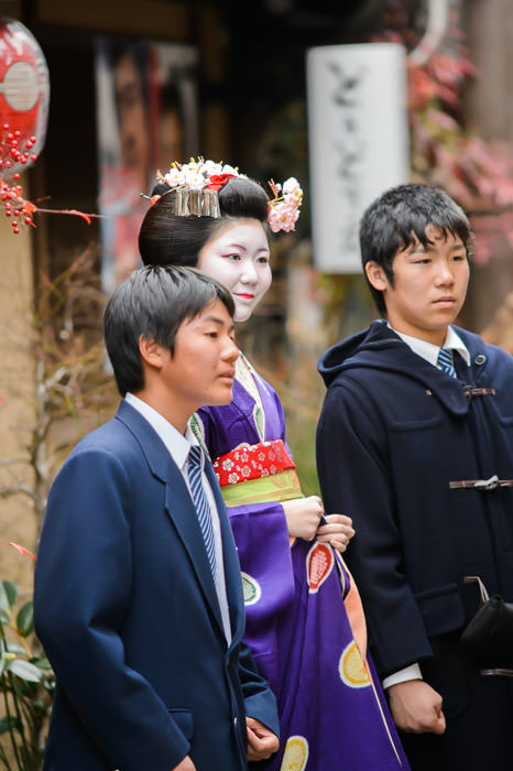 Posing With Shy Japanese Schoolkids -- Gion -- Kyoto, Japan -- Copyright 2014 Jeffrey Friedl, http://regex.info/blog/