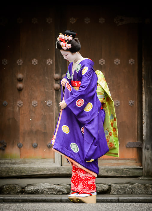 Further Adjustments -- Gion -- Kyoto, Japan -- Copyright 2014 Jeffrey Friedl, http://regex.info/blog/