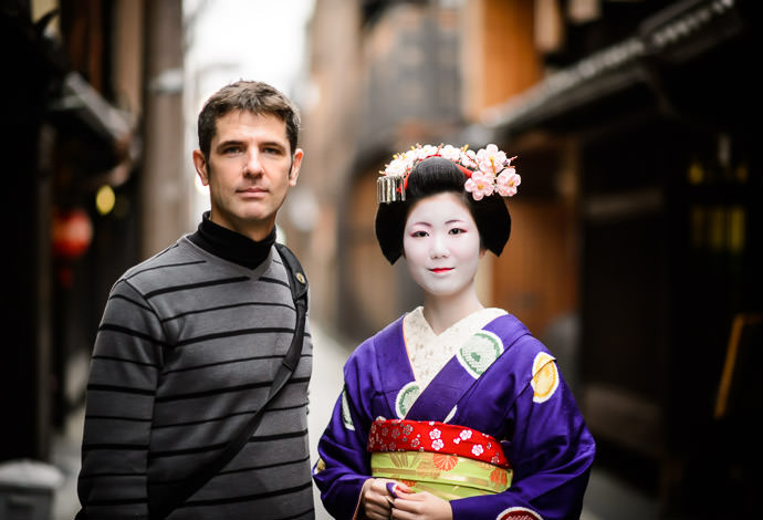 (though still not quite as tall as me) photo by Zak Braverman -- Gion -- Kyoto, Japan -- Copyright 2014 Jeffrey Friedl, http://regex.info/blog/