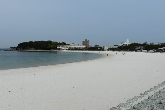 Very White, Very Clean very empty, but it's not that way during the summer -- Shirarahama Beach (白良浜) -- Shirahama, Wakayama, Japan -- Copyright 2014 Jeffrey Friedl, http://regex.info/blog/