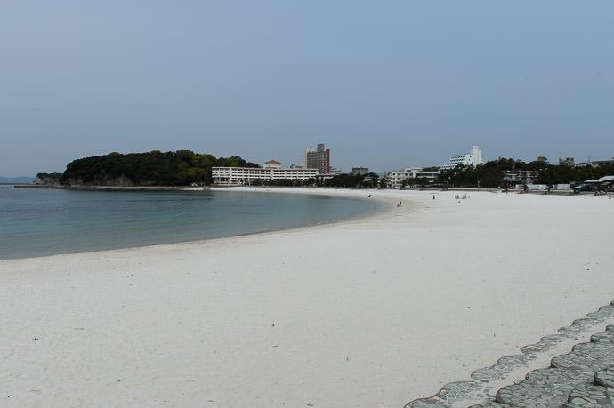 Very White, Very Clean very empty, but it's not that way during the summer -- Shirarahama Beach (白良浜) -- Shirahama, Wakayama, Japan -- Copyright 2014 Jeffrey Friedl, http://regex.info/blog/
