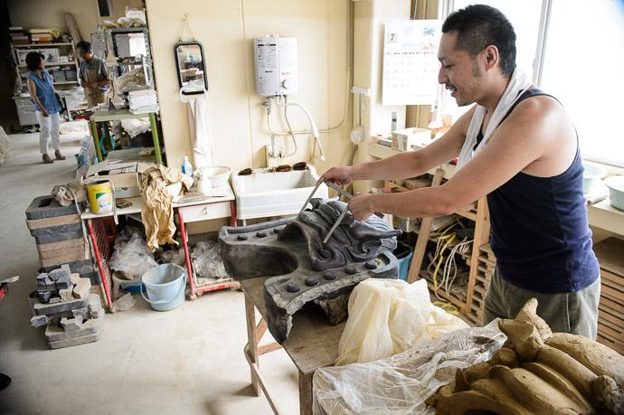 High-Tech Methods everything is done by hand -- Minobe Onigawara Workshop (美濃邉鬼瓦工房) -- Otsu, Shiga, Japan -- Copyright 2014 Jeffrey Friedl, http://regex.info/blog/