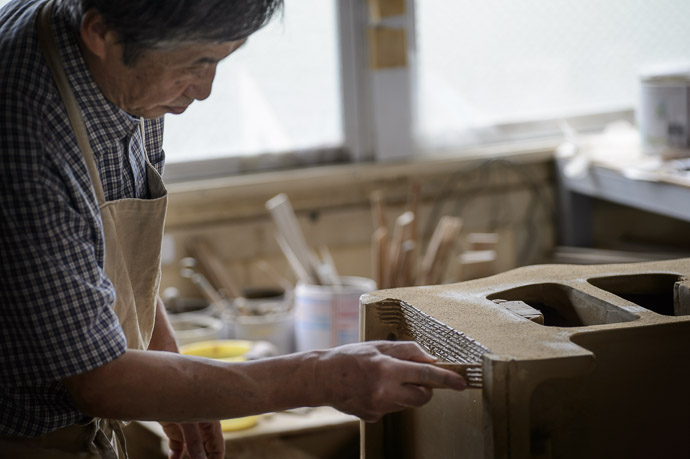 Master Craftsman Kei-ichi Minobe At Work 美濃邉惠一さん -- Minobe Onigawara Workshop (美濃邉鬼瓦工房) -- Otsu, Shiga, Japan -- Copyright 2014 Jeffrey Friedl, http://regex.info/blog/