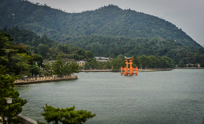 The Famous Torii Gate of the Itsukushima Shrine (厳島神社) -- Kinsuikan Hotel (錦水館) -- Miyajima, Hiroshima, Japan -- Copyright 2014 Jeffrey Friedl, http://regex.info/blog/