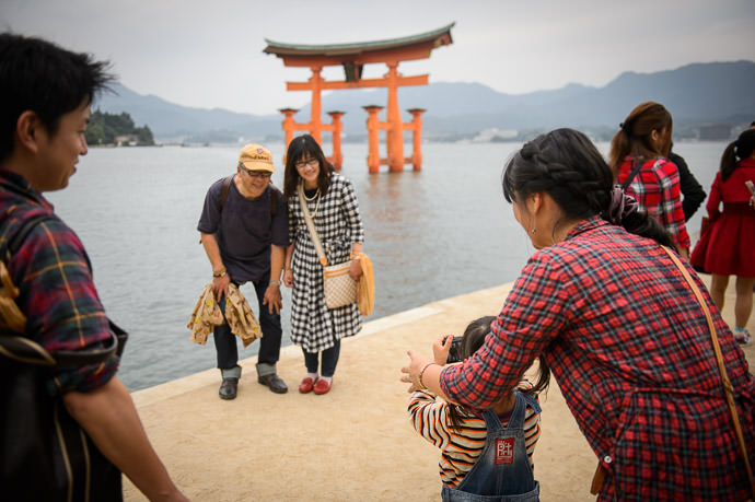 Budding Photographer -- Itsukushima Shrine (厳島神社) -- Miyajima, Hiroshima, Japan -- Copyright 2014 Jeffrey Friedl, http://regex.info/blog/