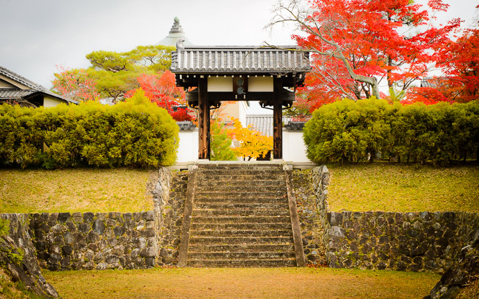 desktop background image of the entrance gate at the Shodensanso Villa (松殿山荘) in Uji Japan, near Kyoto -- Shodensanso Villa (松殿山荘) -- Uji, Kyoto, Japan -- Copyright 2014 Jeffrey Friedl, http://regex.info/blog/ -- This photo is licensed to the public under the Creative Commons Attribution-NonCommercial 4.0 International License http://creativecommons.org/licenses/by-nc/4.0/ (non-commercial use is freely allowed if proper attribution is given, including a link back to this page on http://regex.info/ when used online)