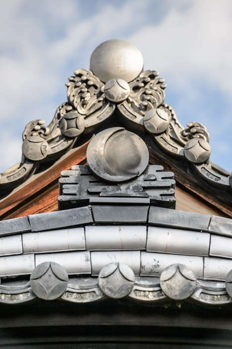 Roof Detail -- Shodensanso Villa (松殿山荘) -- Uji, Kyoto, Japan -- Copyright 2014 Jeffrey Friedl, http://regex.info/blog/ -- This photo is licensed to the public under the Creative Commons Attribution-NonCommercial 4.0 International License http://creativecommons.org/licenses/by-nc/4.0/ (non-commercial use is freely allowed if proper attribution is given, including a link back to this page on http://regex.info/ when used online)
