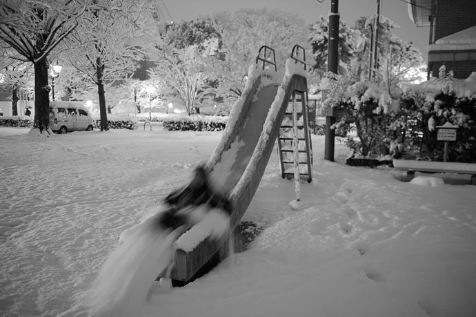 Clearing the Slide as a matter of public service, of course ;-) -- Playground SW of Nijo-Jingumichi -- Kyoto, Japan -- Copyright 2015 Jeffrey Friedl, http://regex.info/blog/ -- This photo is licensed to the public under the Creative Commons Attribution-NonCommercial 4.0 International License http://creativecommons.org/licenses/by-nc/4.0/ (non-commercial use is freely allowed if proper attribution is given, including a link back to this page on http://regex.info/ when used online)