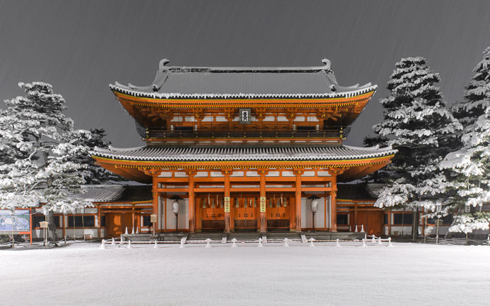 the front gate of the Heian Shrine (Kyoto, Japan) in the middle of the night, during a heavy snow