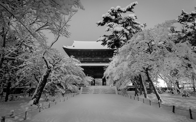 desktop background image of the main gate of the Nanzenji Temple, at night, after a heavy snow (南禅寺の三門、雪かけ) -- The Nanzen Temple 南禅寺の三門 -- Nanzen Temple (南禅寺) -- Kyoto, Japan -- Copyright 2015 Jeffrey Friedl, http://regex.info/blog/