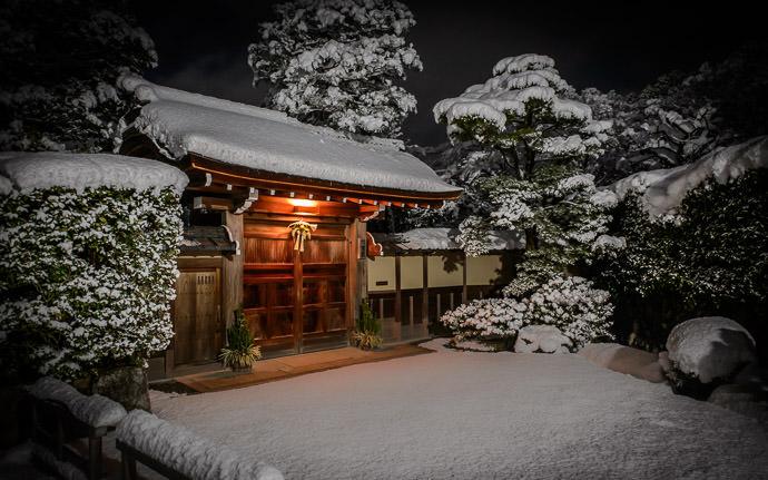 desktop background image of Larry -- Chez Larry à Kyoto Entrance to Larry Ellison's Villa in Kyoto Kaiusou Villa (何有荘,京都), Kyoto Japan -- Copyright 2015 Jeffrey Friedl, http://regex.info/blog/