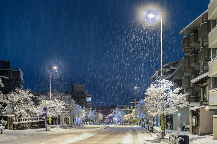 Sanjo Street at 4am on a very snowy Saturday morning -- Kyoto, Japan -- Copyright 2015 Jeffrey Friedl, http://regex.info/blog/