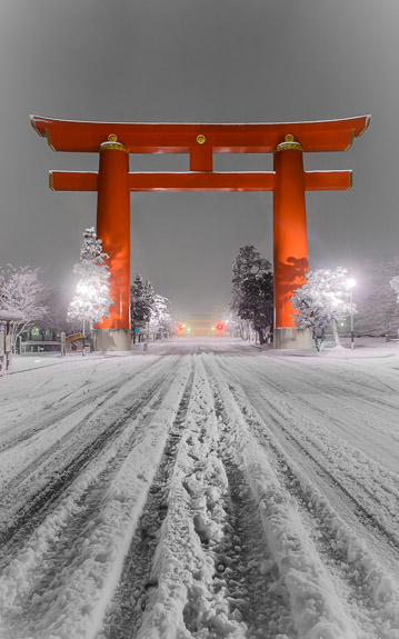 desktop background image of the main gate of the Heian Shrine (平安神宮) in Kyoto, Japan, after a snowfall -- Main Gate of the Heian Shrine after a snow, Jan 3 2015 平安神宮鳥居、去年の一月三日 -- Copyright 2015 Jeffrey Friedl, http://regex.info/blog/