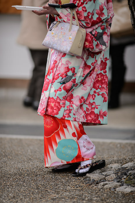 Juggling phone, lunch, purse -- Sanjusangendo Temple (三十三間堂) -- Kyoto , Kyoto, Japan -- Copyright 2015 Jeffrey Friedl, http://regex.info/blog/ -- This photo is licensed to the public under the Creative Commons Attribution-NonCommercial 4.0 International License http://creativecommons.org/licenses/by-nc/4.0/ (non-commercial use is freely allowed if proper attribution is given, including a link back to this page on http://regex.info/ when used online)