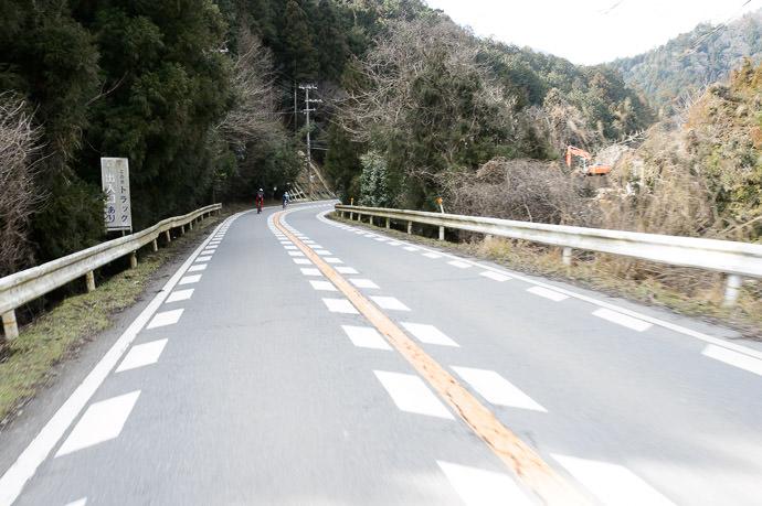 Single-Handed Snapshot at 50.3kph, downhill -- Kyoto, Japan -- Copyright 2015 Jeffrey Friedl, http://regex.info/blog/