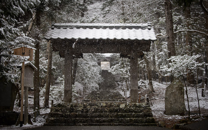 desktop background image of the entrance to the Joshokoji Temple (常照皇寺) in the snow, Kyoto Japan -- Joshokoji Temple (常照皇寺) -- Kyoto , Kyoto, Japan -- Copyright 2015 Jeffrey Friedl, http://regex.info/blog/ -- This photo is licensed to the public under the Creative Commons Attribution-NonCommercial 4.0 International License http://creativecommons.org/licenses/by-nc/4.0/ (non-commercial use is freely allowed if proper attribution is given, including a link back to this page on http://regex.info/ when used online)