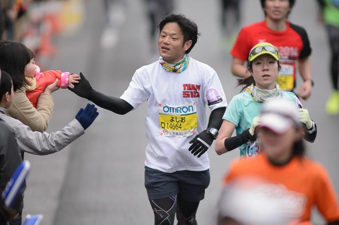Baby High Five 山本 剛大 · Yoshi Yamamoto -- Kyoto, Japan -- Copyright 2015 Jeffrey Friedl, http://regex.info/blog/