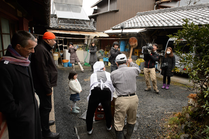 Making Mochi for a little TV segment -- Kyoto, Japan -- Copyright 2015 Jeffrey Friedl, http://regex.info/blog/