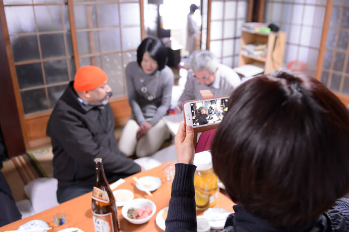 Photo Op tour-company folks with the camera and talking to Sunny -- Kyoto, Japan -- Copyright 2015 Jeffrey Friedl, http://regex.info/blog/