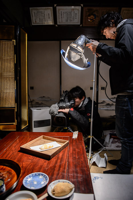 Photo Op TV crew taking care for a mochi shot -- Kyoto, Japan -- Copyright 2015 Jeffrey Friedl, http://regex.info/blog/