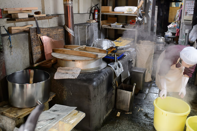 Wood-Burning Hearth 古い かまど をまだ 使っ ています 京都弁で「おくどさん」言います。 -- Iriyama Tofu (入山豆腐) -- Kyoto, Japan -- Copyright 2015 Jeffrey Friedl, http://regex.info/blog/