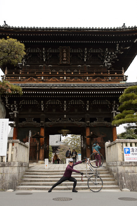 """ Guts Pose "" in front of the Seiryoji Temple 清凉寺の前のガッツポーズ ( I missed focus horribly on this one ) -- Seiryoji Temple (清凉寺) -- Kyoto, Japan -- Copyright 2015 Jeffrey Friedl, http://regex.info/blog/"