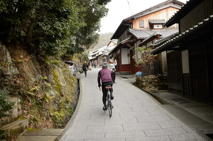 Quaint North-West Arashiyama getting steeper 11:04am - taken while moving at 14 km/h -- Kyoto, Japan -- Copyright 2015 Jeffrey Friedl, http://regex.info/blog/