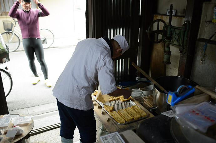 Picking Up Some Tofu on the Way Home -- Iriyama Tofu (入山豆腐) -- Kyoto, Japan -- Copyright 2015 Jeffrey Friedl, http://regex.info/blog/