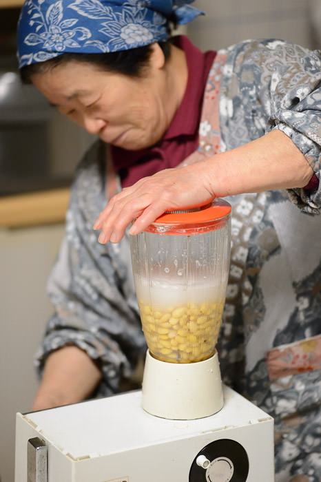 Blending the Soy Beans -- Takashima, Shiga, Japan -- Copyright 2015 Jeffrey Friedl, http://regex.info/blog/