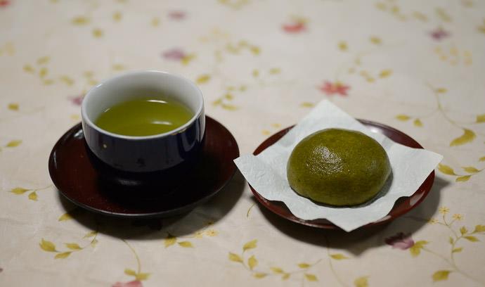 Light Snack -- Takashima, Shiga, Japan -- Copyright 2015 Jeffrey Friedl, http://regex.info/blog/