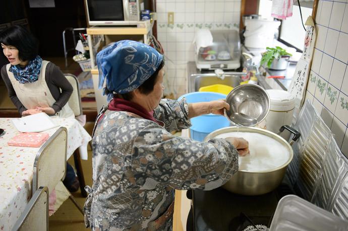 Temperature Adjustment slowly adding cool water to adjust the temperature slightly -- Takashima, Shiga, Japan -- Copyright 2015 Jeffrey Friedl, http://regex.info/blog/