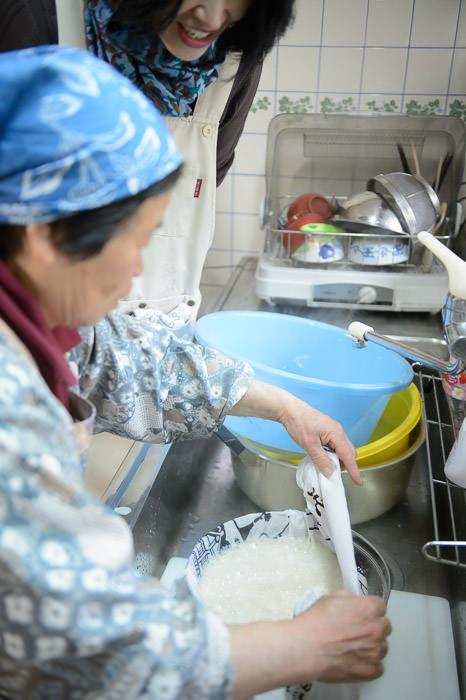Gently Wrapping Wet Tofu -- Takashima, Shiga, Japan -- Copyright 2015 Jeffrey Friedl, http://regex.info/blog/