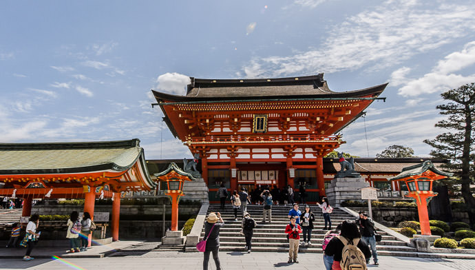 Unsettling -- Fushimi-Inari Taisha Shrine (伏見稲荷大社) -- Kyoto , Kyoto, Japan -- Copyright 2015 Jeffrey Friedl, http://regex.info/blog/