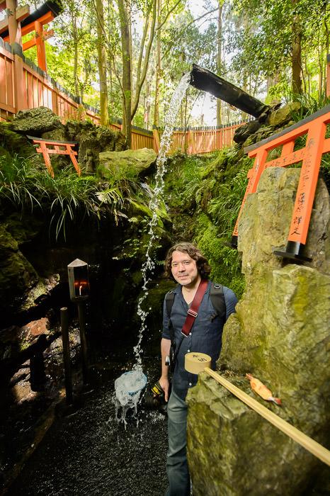 Farther Inside precariously close to the splashing stream of water -- Fushimi-Inari Taisha Shrine (伏見稲荷大社) -- Kyoto , Kyoto, Japan -- Copyright 2015 Jeffrey Friedl, http://regex.info/blog/