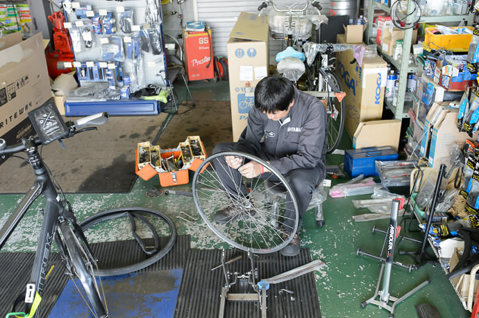Spoke Broke getting unbroke スポックの修理、at サイクルショップ にしもと in Wani City, Shiga -- 和迩駅(バス) -- 滋賀県, Japan -- Copyright 2015 Jeffrey Friedl, http://regex.info/blog/