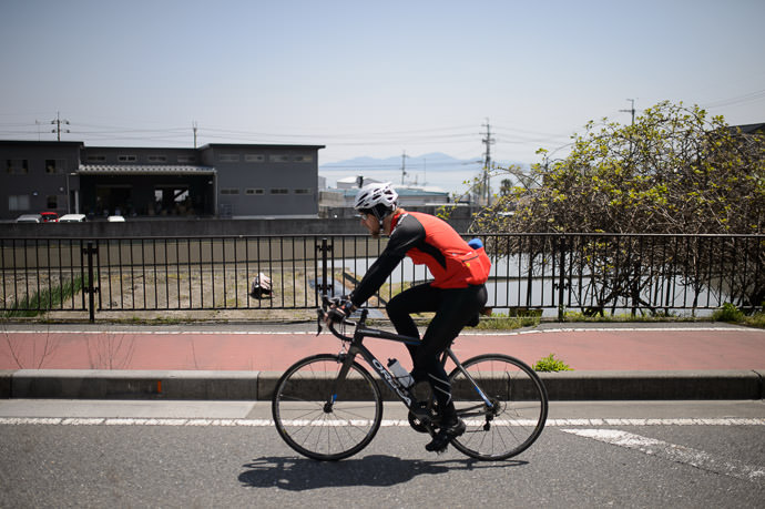 Slightly-Fuzzy Gorm but the railing in the background is perfectly in focus 11:16am - taken one-handed while cycling at 27 km/h -- Otsu, Shiga, Japan -- Copyright 2015 Jeffrey Friedl, http://regex.info/blog/