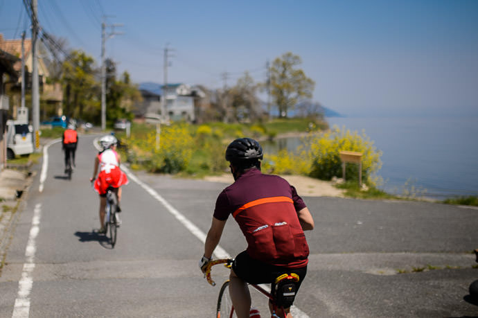 Riding Along the Lake 11:19am - taken while cycling at 17 km/h — Wikipedia says that the lake has 235km (150 miles) of coastline — 琵琶湖添い -- Otsu, Shiga, Japan -- Copyright 2015 Jeffrey Friedl, http://regex.info/blog/