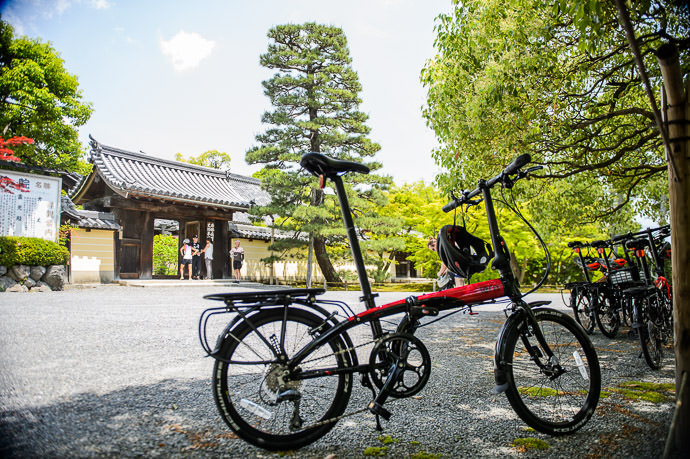Bicycle Parking Toji-in Temple -- Toji-in Temple (等持院) -- Kyoto, Japan -- Copyright 2015 Jeffrey Friedl, http://regex.info/blog/