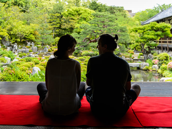 Enjoying Each Other -- Toji-in Temple (等持院) -- Kyoto, Japan -- Copyright 2015 Jeffrey Friedl, http://regex.info/blog/
