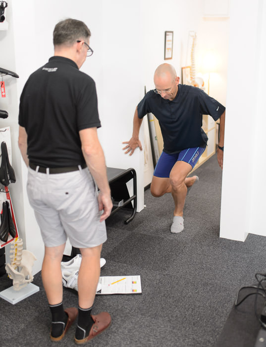 Single-Leg Squat gives insight into the strength of the foot arch -- Pedalforth Fitting -- Kyoto, Japan -- Copyright 2015 Jeffrey Friedl, http://regex.info/blog/