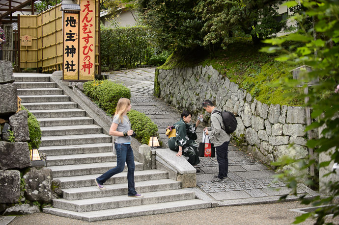 Back-Area Paths entrance to a sub-shrine, and path to a mountain -hike exit -- Kiyomizu Temple (清水寺) -- Kyoto, Japan -- Copyright 2015 Jeffrey Friedl, http://regex.info/blog/