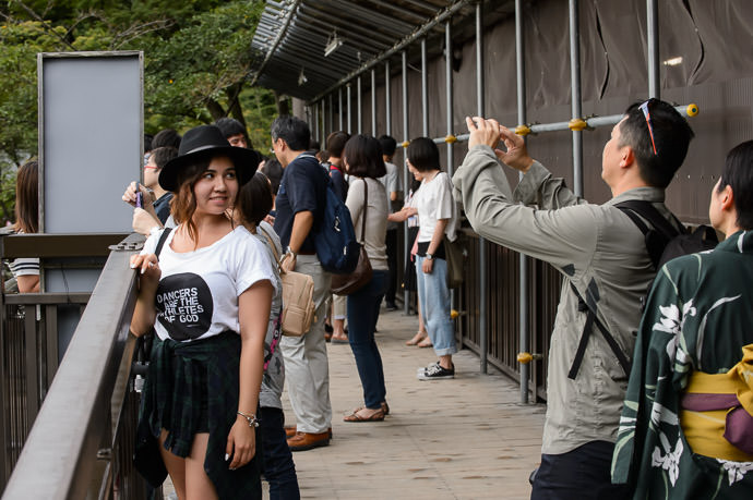 Impromptu Fashion Shoot -- Kiyomizu Temple (清水寺) -- Kyoto, Japan -- Copyright 2015 Jeffrey Friedl, http://regex.info/blog/