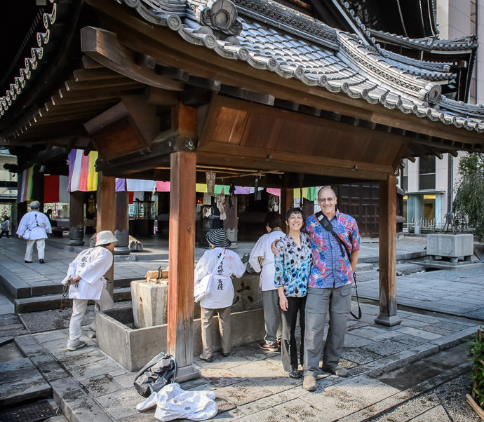 Rick and Lily Hancock at the Rokkaku-do Temple (六角堂), Kyoto Japan -- Rokkaku-do Temple (六角堂) -- Copyright 2015 Jeffrey Friedl, http://regex.info/blog/