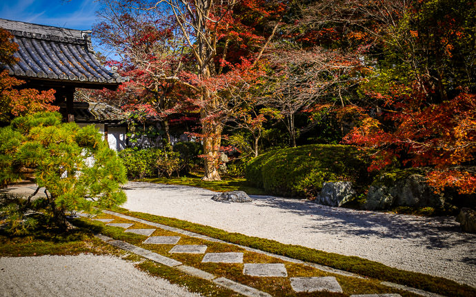 desktop background image of a fall-foliage scene in Kyoto, Japan -- Tenjuan Temple (天授庵) on a washed-out bright day -- Tenjuan Temple (天授庵) -- Copyright 2015 Jeffrey Friedl, http://regex.info/blog/