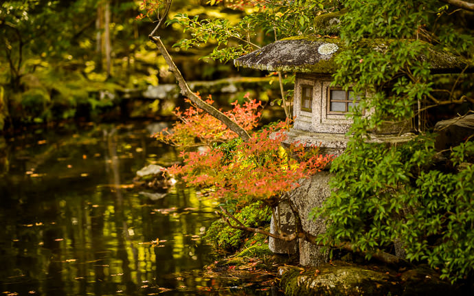 desktop background image of a garden scene at the Tenjuan Temple (天授庵), Kyoto Japan -- Pondside Stone Lantern at the Tenjuan Temple (天授庵), Kyoto Japan -- Tenjuan Temple (天授庵) -- Copyright 2015 Jeffrey Friedl, http://regex.info/blog/ -- This photo is licensed to the public under the Creative Commons Attribution-NonCommercial 4.0 International License http://creativecommons.org/licenses/by-nc/4.0/ (non-commercial use is freely allowed if proper attribution is given, including a link back to this page on http://regex.info/ when used online)