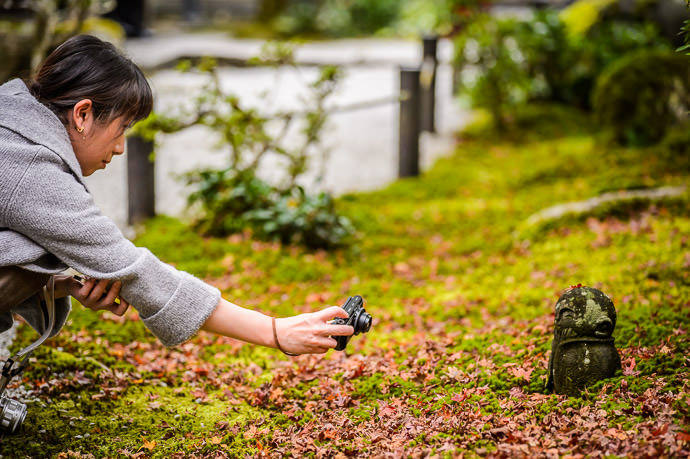 Photographing a Cute Little Statue -- Enkoji Temple (円光寺) -- Kyoto, Japan -- Copyright 2015 Jeffrey Friedl, http://regex.info/blog/