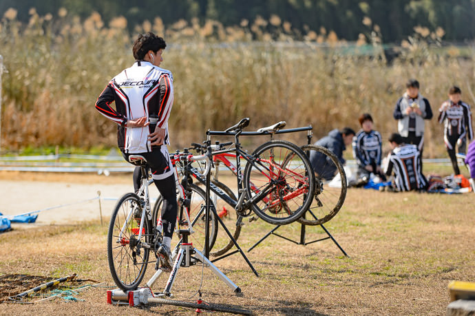 Warmup for a later race -- 桂川緑地公園 -- Kyoto, Japan -- Copyright 2016 Jeffrey Friedl, http://regex.info/blog/