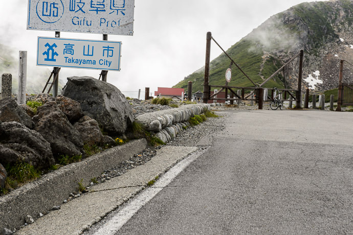 What Passes for a Pass -- Mt. Norikura (乗鞍岳) -- Japan -- Copyright 2016 Jeffrey Friedl, http://regex.info/blog/