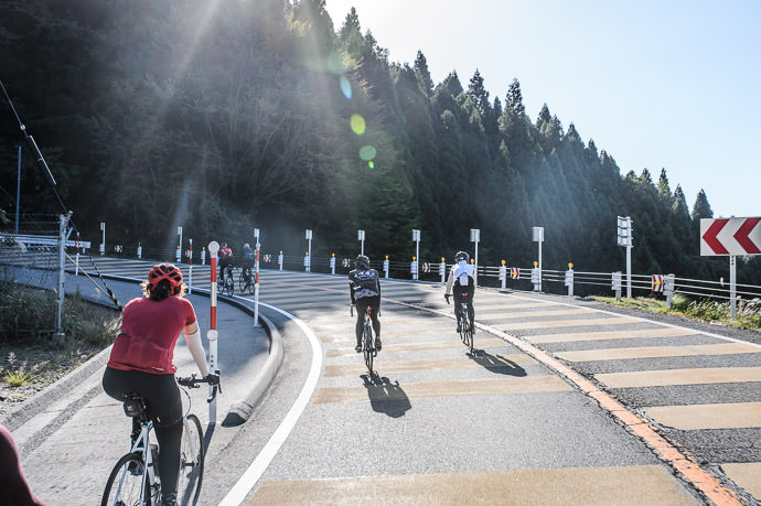 Being Overtaken by a faster group on one of the hairpins 8:51am -- Otsu, Shiga, Japan -- Copyright 2016 Jeffrey Friedl, http://regex.info/blog/